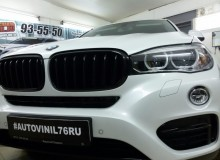 Оклейка хромированных элементов и серых вставок на бамперах в черный глянец на BMW X6!